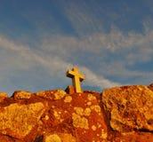 与一个十字架的石纪念碑在-海角Roca上面 库存照片