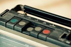 与一个卡式磁带播放机的多灰尘的老收音机 库存图片
