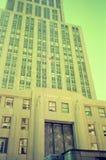 与一个古典铁门的一个美丽的现代大厦在曼哈顿,纽约 库存照片