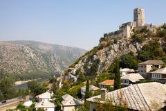 与一个古老堡垒的Pocitelj都市风景 免版税库存图片