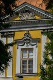 与一个古色古香的框架和异常的装饰灰泥的美丽的葡萄酒窗口 库存照片