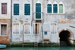 与一个台阶的典型威尼斯式大厦在输入的窗口附近在房子,威尼斯 免版税图库摄影