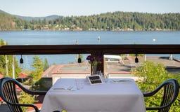 与一个后备的标志的一张集合桌和俯视Gibsons的海景怀有 免版税库存照片