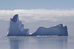 与一个唯一端点的大冰山在水域南部中 库存照片