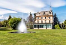 与一个喷泉的别墅塔兰托在前面,韦尔巴尼亚,意大利 库存图片