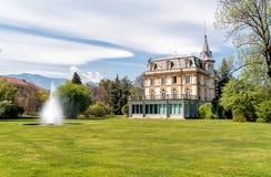 与一个喷泉的别墅塔兰托在前面,韦尔巴尼亚,意大利 免版税库存图片