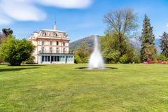 与一个喷泉的别墅塔兰托在前面,韦尔巴尼亚,意大利 免版税库存照片