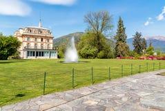 与一个喷泉的别墅塔兰托在前面,韦尔巴尼亚,意大利 库存照片