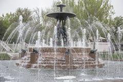 与一个喷泉的剧院正方形在中心 雕刻家E Vucetic 库存图片