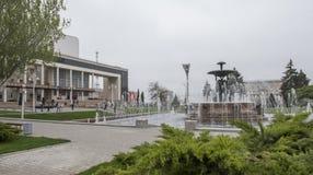与一个喷泉的剧院正方形在中心 雕刻家E Vucetic 免版税库存图片