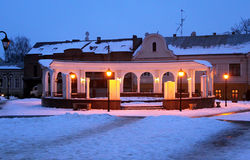 与一个喷泉的圆的拱廊在土耳其正方形在晚上在冬天在切尔诺夫策 免版税库存图片
