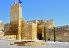 给与一个喷泉的城堡在前景,卡尔莫纳装门 免版税库存照片