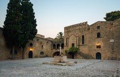 与一个喷泉的希腊,罗得岛- 7月19日Argirokastu地区2014年7月19日的早晨在罗得岛,希腊 免版税库存图片