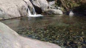 与一个喷泉的美好的自然在印度,喜马拉雅山 石头,河岸,自然环境,石头里面,下雨天,多云, 影视素材