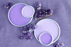 与一个圆的框架的紫色的水晶与设计师`的s一个地方 免版税图库摄影