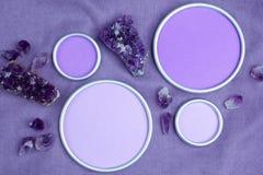 与一个圆的框架的紫色的水晶与设计师`的s一个地方 免版税库存照片