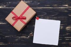 与一个地方的礼物包裹在难看的东西舱内甲板的拷贝空间的放置ba 免版税库存照片