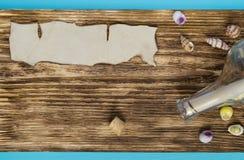 与一个地方的葡萄酒海洋背景在题字下 免版税库存图片