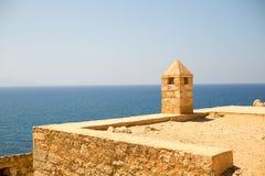 与一个塔的堡垒城堡从pirimindalnoy屋顶高在天蓝色的海上 图库摄影