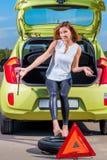 与一个备用轮胎的司机 免版税库存图片