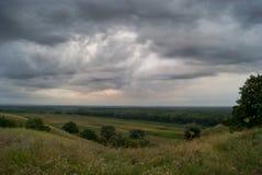 与一个多云天空和谷的美好的风景 库存图片