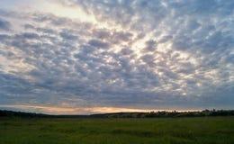 与一个多云天空和谷的美好的风景 免版税图库摄影