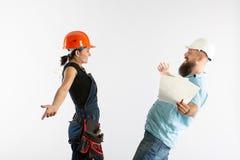与一个大厦妇女承包商的一次男性建筑师或工程师会议在白色背景 库存图片