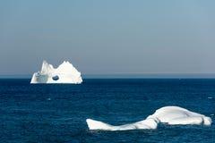 与一个大孔的冰山,纽芬兰 免版税库存图片