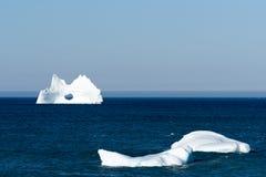 与一个大孔的冰山,纽芬兰 图库摄影