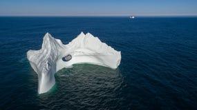 与一个大孔的鸟瞰图冰山,纽芬兰 图库摄影