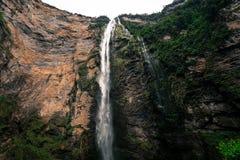 与一个大岩石的小流动的瀑布 免版税库存照片