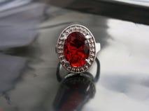与一个大红宝石的葡萄酒银色圆环 免版税库存图片