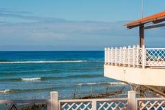 与一个大阳台的大厦由海,特立尼达,圣斯皮里图斯市,古巴 复制文本的空间 免版税库存照片