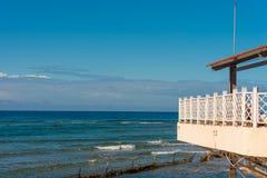 与一个大阳台的大厦由海,特立尼达,圣斯皮里图斯市,古巴 复制文本的空间 库存图片