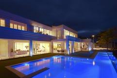 与一个大水池的豪华别墅 库存图片