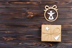 与一个天使的小雕象的圣诞节礼物在框架、星和木圣诞树的 概念新年度 图库摄影