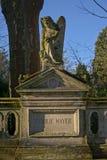 与一个天使的石雕塑的严重坟茔在` Melatenfriedhof `公墓,科隆 库存图片