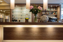 与一个好的柜台和玻璃架子的酒吧 库存图片