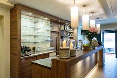 与一个好的柜台和玻璃架子的酒吧 免版税库存照片