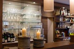 与一个好的柜台和玻璃架子的酒吧 库存照片