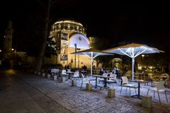 与一个对的大阳台咖啡馆正方形的访客在犹太教堂Hurva附近在晚上在耶路撒冷旧城耶路撒冷,以色列,24 免版税库存照片