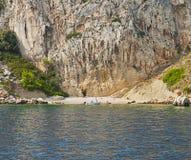 与一个小含沙海湾的克罗地亚, Ciovo海岛外面海岸 免版税图库摄影