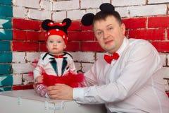 与一个小孩的家庭画象 免版税库存图片