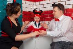与一个小孩的家庭画象 免版税库存照片