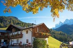 与一个小屋的不可思议的松弛秋天风景在背景o 免版税库存图片