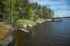 与一个小屋的风景湖的 免版税库存图片