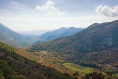 与一个小村庄和道路的美好的山风景 达成协议波斯尼亚夹子色的greyed黑塞哥维那包括专业的区区映射路径替补被遮蔽的状态周围的领土对都市植被 免版税图库摄影
