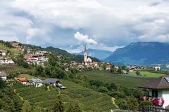 与一个小的村庄的风景在波尔扎诺自治省,勒农雷农地区,意大利 免版税库存图片
