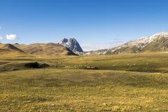 与一个小的湖的山瑞士山中的牧人小屋 免版税库存图片