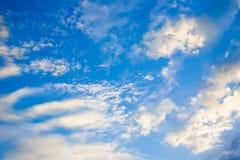 与一个小组的美丽的日落天空云彩 库存图片